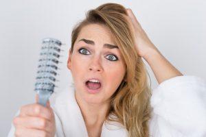 Plaukų slinkimas: kada jau laikas susirūpinti?