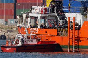 """Po kelionės Viduržemio jūroje """"Aquarius"""" laivo migrantai pasiekė Ispanijos uostą"""