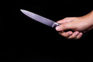 Gindama motiną nuo smurto, mažametė peiliu dūrė tėvui