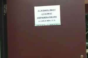 Užrašas ant durų neatbaidė parduoti alkoholio