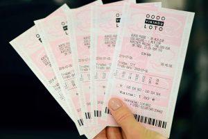Prieš teismą stos svetimą loterijos bilietą pasisavinusi pardavėja