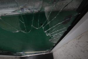 Mokykloje ir darželyje išdaužti langai