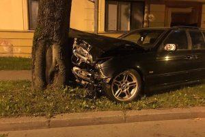 Girtas BMW vairuotojas spruko iš įvykio vietos ir rėžėsi į medį