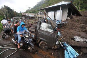 Dėl potvynių centrinėje Indonezijoje jau žuvo 13 žmonių