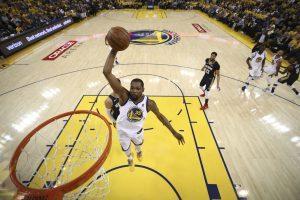 """""""Rockets"""" ir """"Warriors"""" sinchronišku žingsniu žengė į konferencijos finalą"""