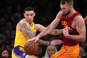 """""""Lakers"""" tvirtovėje – žvėriškas D. Sabonio pasirodymas ir blokas L. Jamesui"""