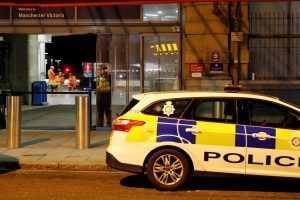 Mančesterio geležinkelio stotyje peiliu sužeisti trys žmonės