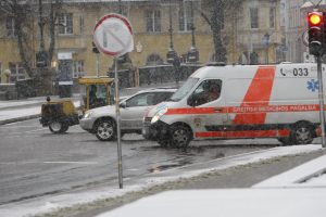 Per parą dėl slidžių kelių įvyko trys avarijos