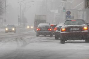 Žiema trauktis neskuba: pajūryje – žvarbus vėjas ir sniegas