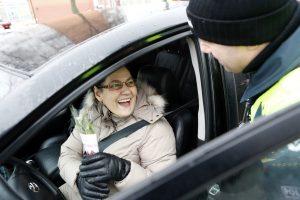 Kelių policijos patruliai pradžiugino moteris