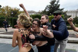 """""""Femen"""" aktyvistės trikdė F. Franco gerbėjų eitynes Madride"""