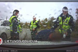 Girtas bėglys nestojo net šaudant pareigūnams