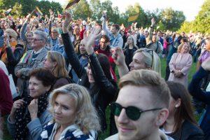 Švęsdami Valstybės dieną, lietuviai ant piliakalnių giedojo Lietuvos himną