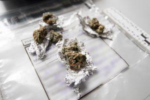 Slėpti nebandė: narkotikus laikė striukės kišenėje