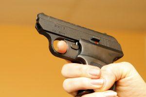 Po išpuolio prieš merginą parduotuvėse šluojami ginklai
