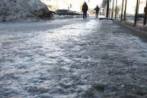 Miesto gatvės ir šaligatviai pasidengė ledu