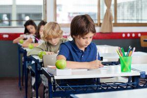 Vaikų kančias mokykloje gali sumažinti ir blizgus rašiklis