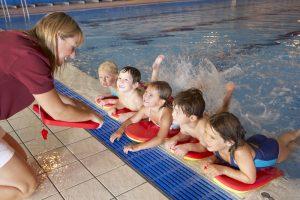 Vaikai plaukti mokysis valstybės lėšomis: pirmauja Kaunas, Vilnius nusiteikęs vytis