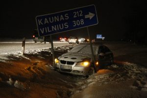 Vakarų Lietuvos keliuose – sniego pragaras