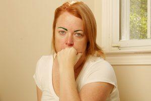 Moteris pasibaisėjusi: po procedūros liko žaliais antakiais