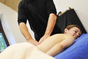 Vietoj masažo – šaltas dušas moteriai
