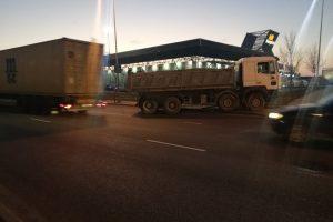 Kol vairuotojas gėrė kavą, sunkvežimis išriedėjo į gatvę