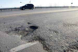 Uostamiesčio vairuotojai skundžiasi duobėmis