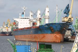 Bankrutavusi laivininkystė dar vis tempia žemyn