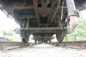 Traukinys sužalojo ant bėgių gulėjusį vyrą