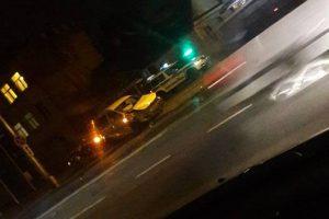 Kaune per trijų automobilių avariją nukentėjo BMW keleivė