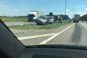 Autostradoje BMW pakibo ant atitvarų