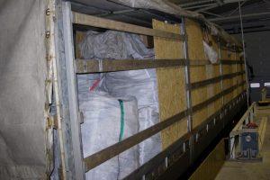 1,2 mln. eurų vertės kontrabanda buvo paslėpta po durpėmis