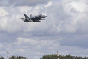 Oro policiją vykdantys lenkai pirmą kartą kilo lydėti Rusijos karinio orlaivio