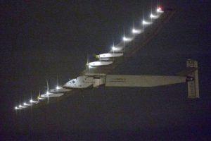 """Lėktuvas """"Solar Impulse"""" pakilo į vėluojantį skrydį"""