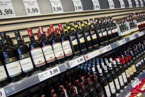 Parduotuvėse galima lengvai rasti nupiginto alkoholio (specialus reportažas)