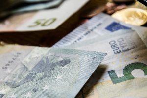 Iš mirusio vyro sąskaitos pasisavinta 15 tūkst. eurų