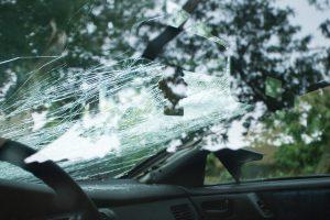 Dėl stipraus vėjo lūžę medžiai apgadino mažiausiai šešis automobilius