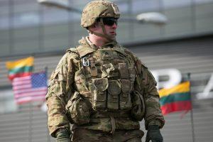 Nelygybės galbūt nebeliks: lietuviai ir užsienio kariai bus maitinami vienodai