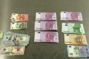 Rusijos piliečio rankinėje muitininkai rado didžiulę pinigų sumą