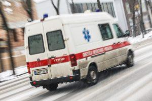 Narkomanas iššoko iš greitosios pagalbos automobilio
