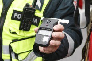 Girtutėlis vairuotojas bruko policininkams 200 eurų