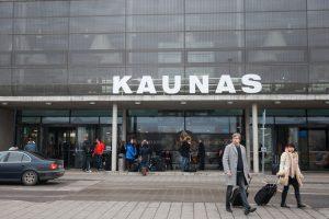 Vilniaus ir Kauno oro uostuose sulaikyti šovinių rankiniame bagaže turėję vyrai