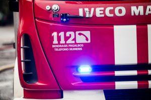 Ugniagesių batutas išgelbėjo pro langą iššokusią moterį
