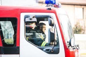 Iš apvirtusio automobilio vairuotoją vadavo ugniagesiai