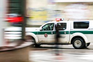Kaune vairavęs neblaivus septyniolikmetis apgadino tarnybinį automobilį