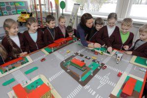 Kas vaikus moko saugaus eismo?