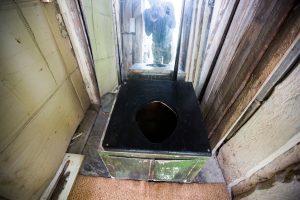 Graudi aleksotiškių kasdienybė: lauko tualete tenka tupėti ir žiemą