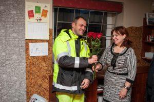 Už gatvės remontą atsidėkojo gėlėmis ir kibinais