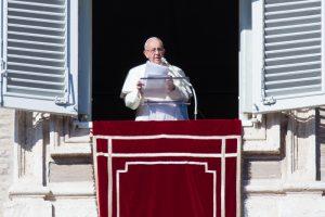 Popiežius tikina esantis kunigų pedofilų aukų pusėje