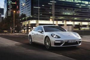 """Debiutuoja galingiausias """"Porsche Panamera Turbo S E-Hybrid"""" modelis"""